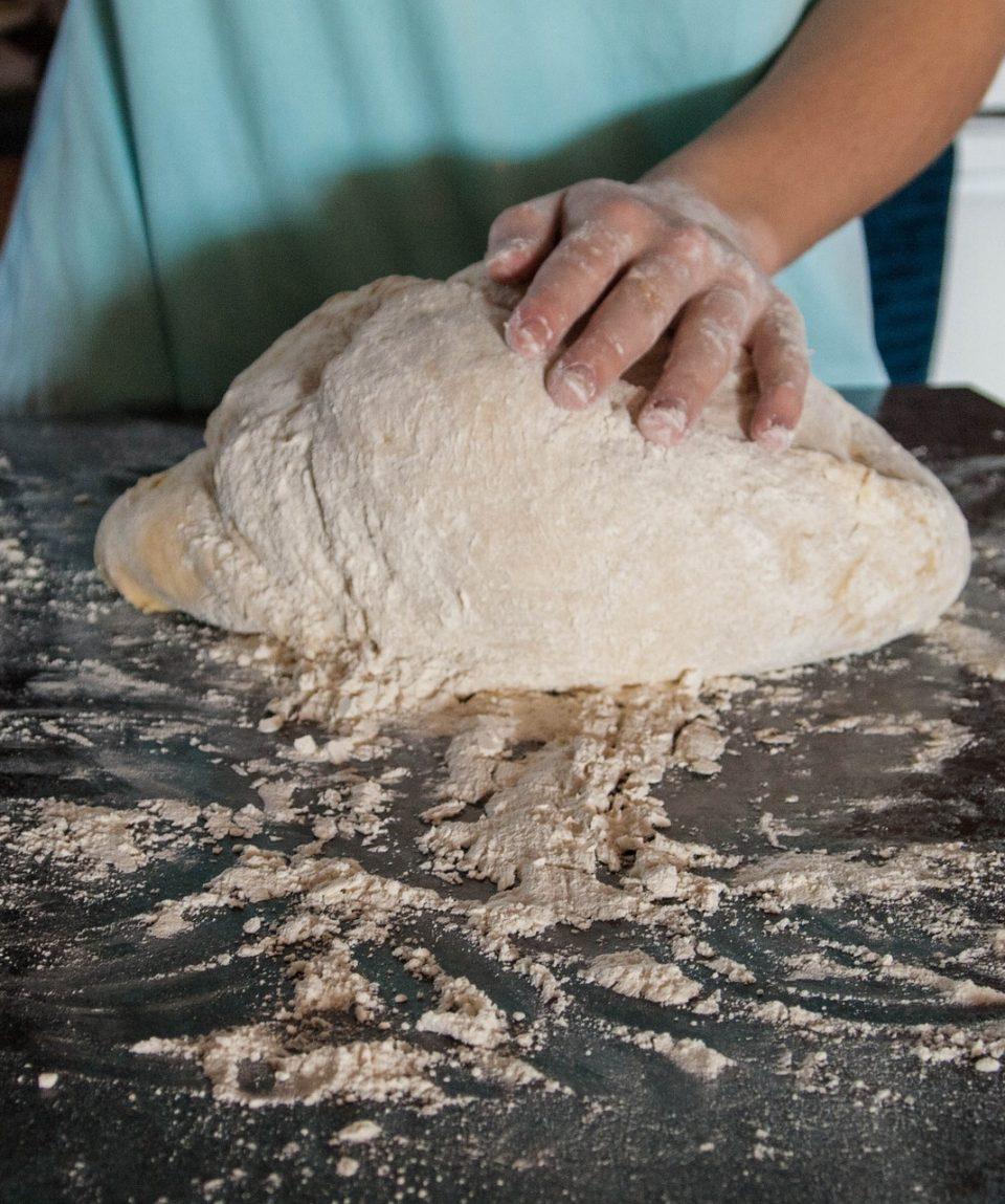 Amasado de pan casero en equipo
